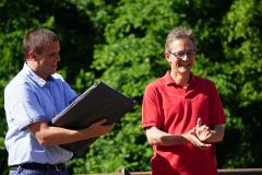 Res Wiedemar (von Rotz & Wiedemar) übergibt Bernhard Riedi ein Geschenk