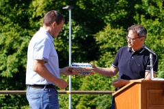 Marco Zgraggen (Geschäftsführer Sisag) übergibt Bernhard Riedi (VR-Präsident) ein Präsent
