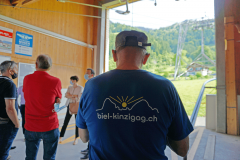 Mitarbeiter Sepp Arnold mit T-shirt mit neuem Logo